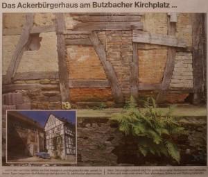 Das Ackerbürgerhaus am Butzbacher Kirchplatz... wird in den nächsten Jahren von Dirk Hedderich und Angelika Schäfer saniert. In diesen Tagen begannen die Arbeiten an dem aus dem 18. Jahrhundert stammenden Haus. Den jetzigen Zustand zeigt das große Bild in einer Rückansicht des Gebäudes, in dem sich einst unter einem Dach Wohnhaus, Scheune und Stallungen befanden.