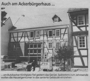 Auch am Ackerbürgerhaus... ... am Butzbacher Kirchplatz fiel gestern das Gerüst. Spätestens zum Jahresende wollen die Hauseigentümer in das sanierte Gebäude einziehen.