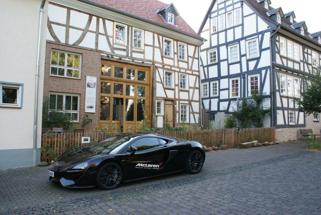 McLaren 650S vor 1€ Haus