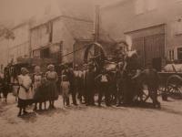 Haus mit Dreschmaschine (ca.1920)