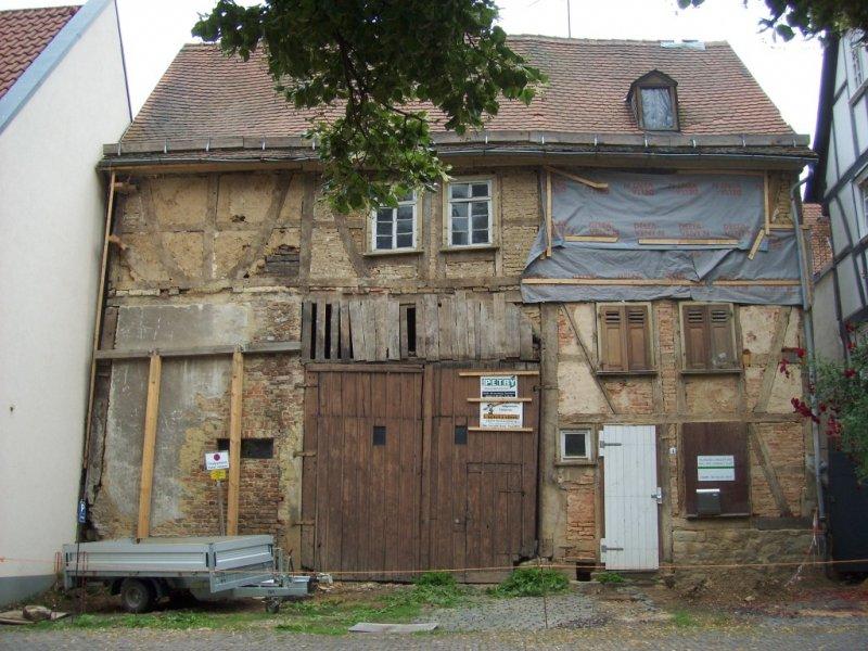 Fassade im Juni 2011 - ohne Gerüst, dafür mit Plane vor offenen Gefachen