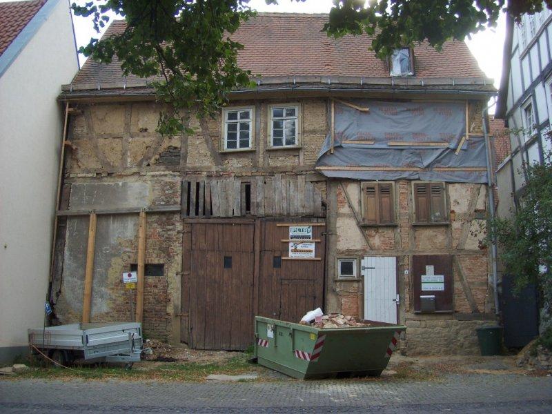 Fassade im Juli 2011 - Bauschild, Schuttcontainer - es geht voran!