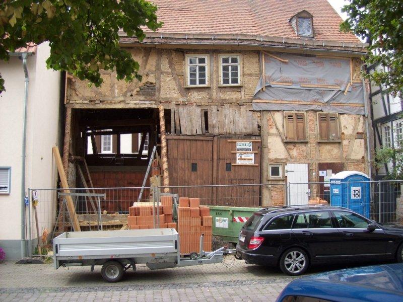Fassade im August 2011 - da ist ein Loch!