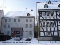 Haus mit Plane im Winter